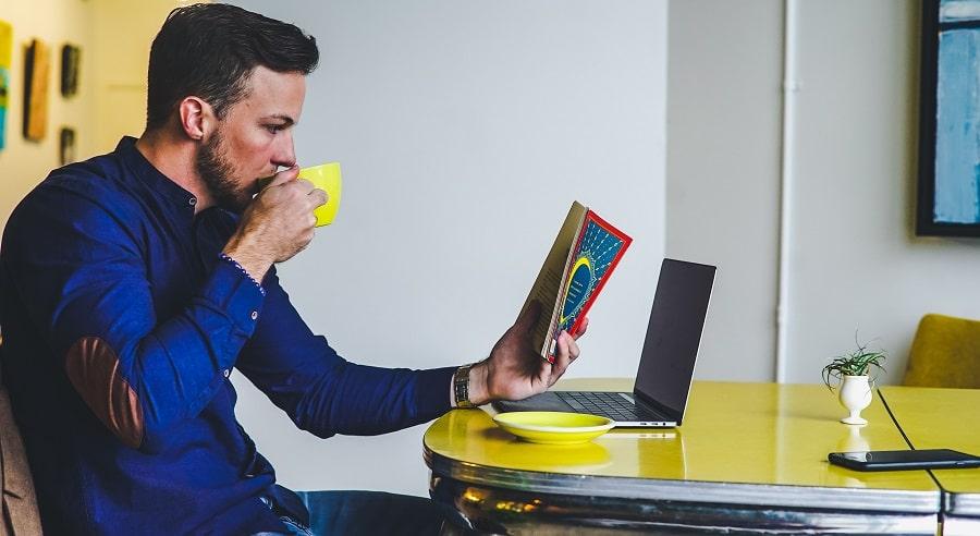 Man aan het leren tijdens werktijd